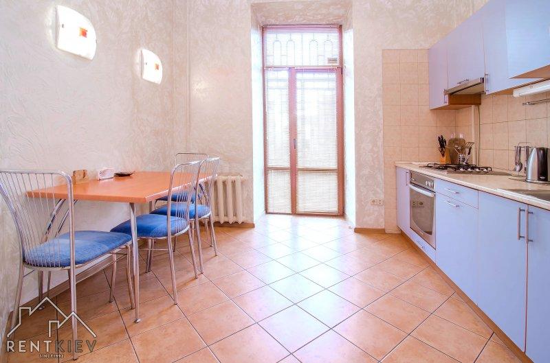 Столовая зона в квартире для посуточной аренды