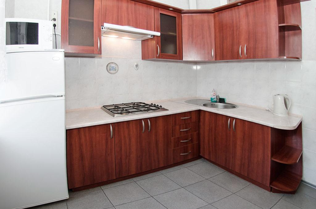Кухня с холодильником.