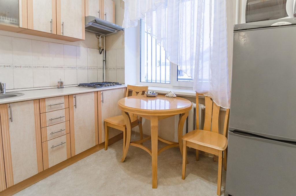 Кухня со столом.