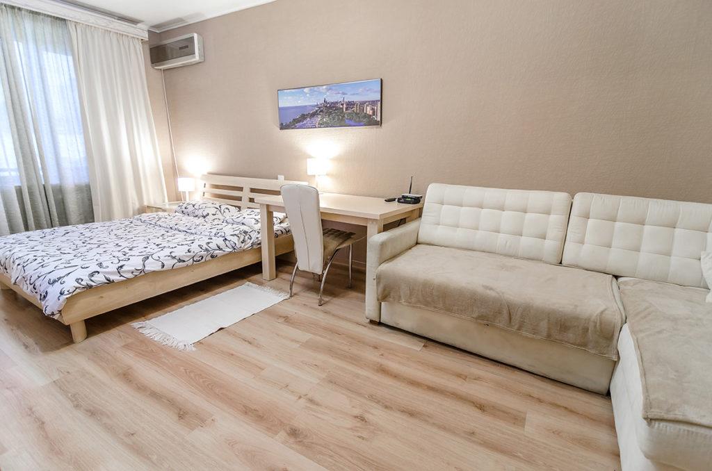 Двуспальная кровать и раскладной диван.