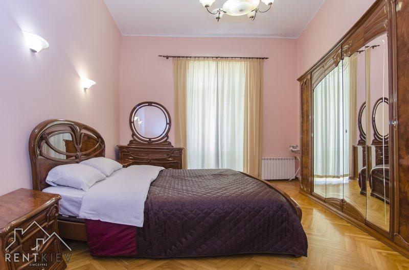 Спальня с большой кроватью.
