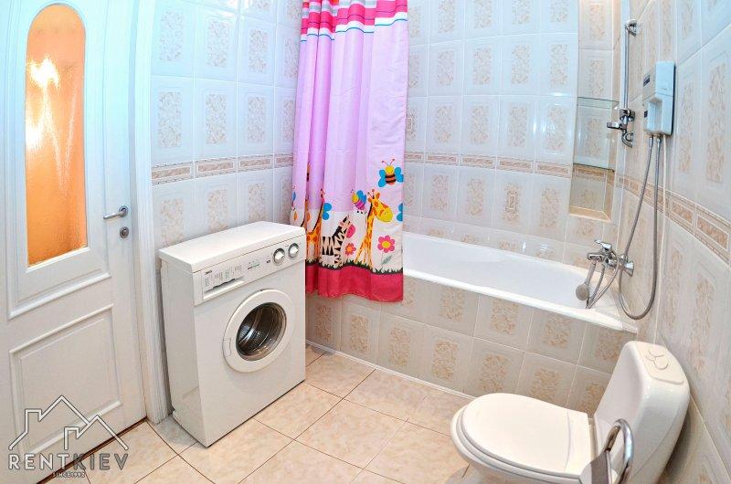 Ванная комната со стиральной машиной.